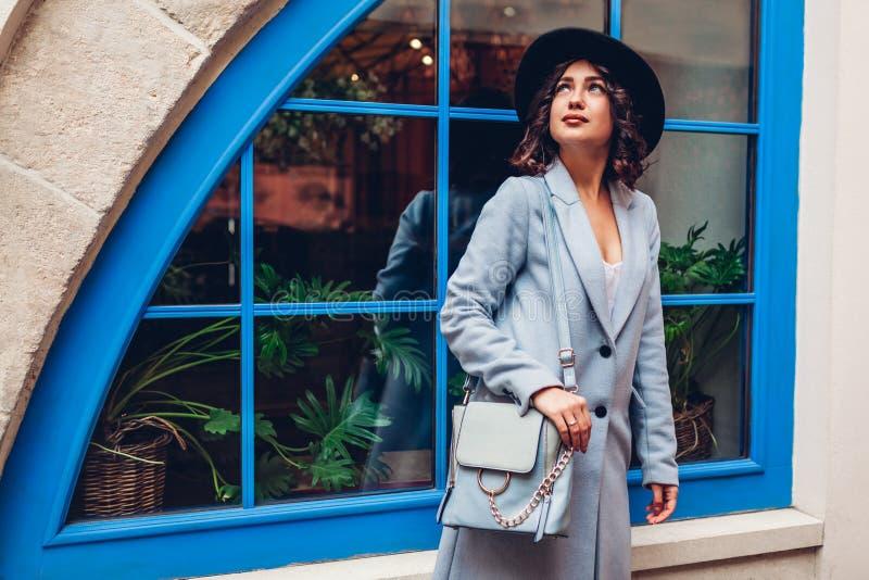 Härlig ung kvinna som bär den stilfulla höstdräkten Utomhus- stående av modemodellen Gatablick royaltyfri fotografi