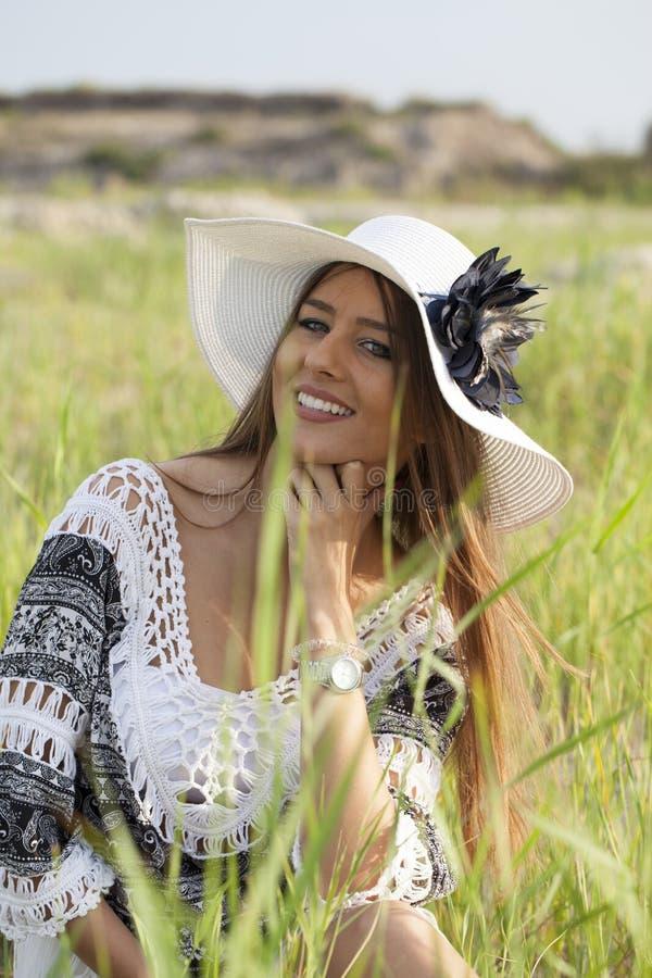Härlig ung kvinna som bär en hatt i natur royaltyfri bild