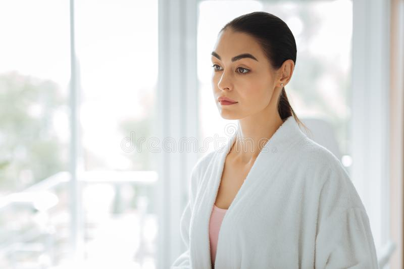 Härlig ung kvinna som bär en vit ämbetsdräkt fotografering för bildbyråer