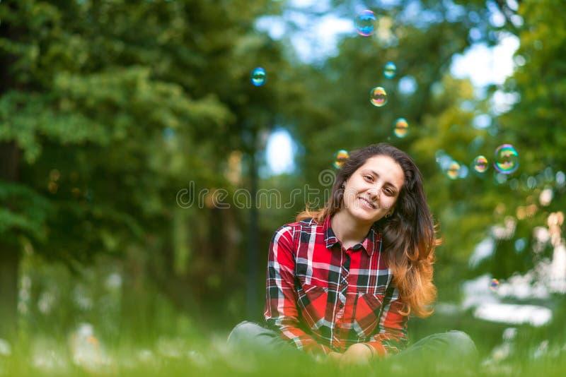 Härlig ung kvinna som blåser utomhus- lycklig livsstil för bubbla arkivfoto