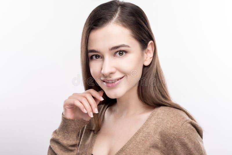 Härlig ung kvinna som cutely poserar mot vit bakgrund royaltyfri fotografi
