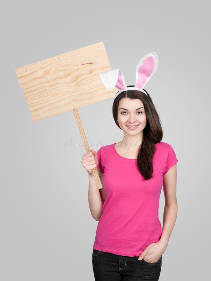 Härlig ung kvinna som den easter kaninen royaltyfri foto