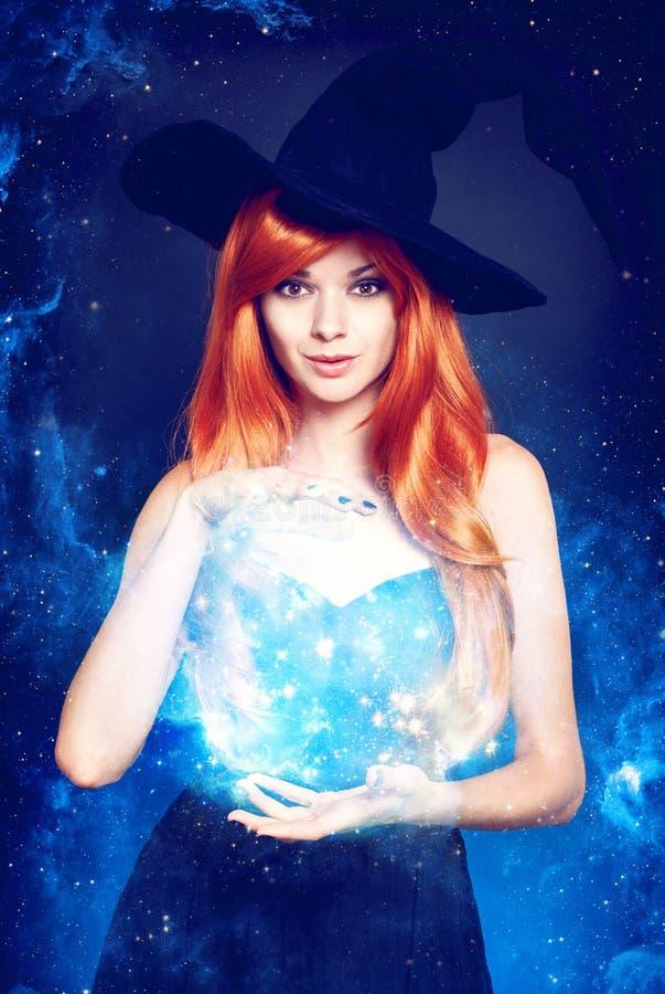 Härlig ung kvinna som den halloween häxan royaltyfri foto