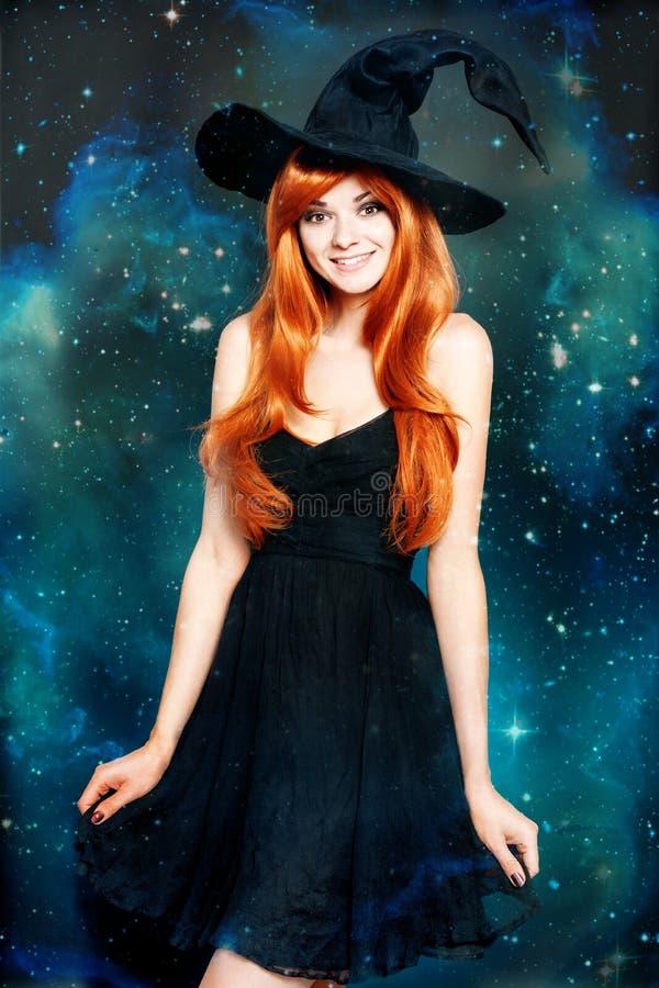 Härlig ung kvinna som den halloween häxan arkivbild