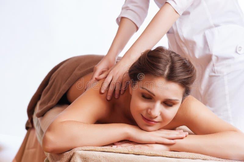 Härlig ung kvinna som får brunnsortmassage arkivbild