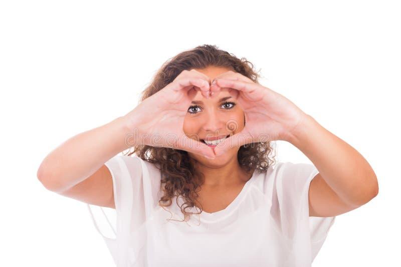 Härlig ung kvinna som gör en hjärta med händer royaltyfri fotografi