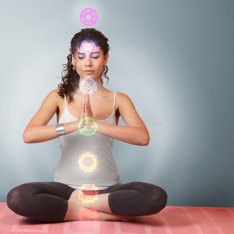 Härlig ung kvinna som gör yoga royaltyfri fotografi