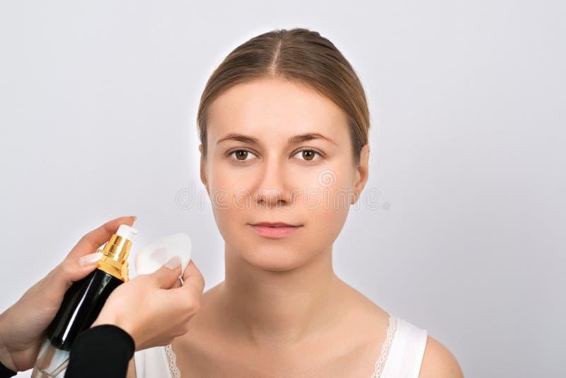Härlig ung kvinna som har ögonbrynkorrigeringstillvägagångssätt royaltyfria bilder