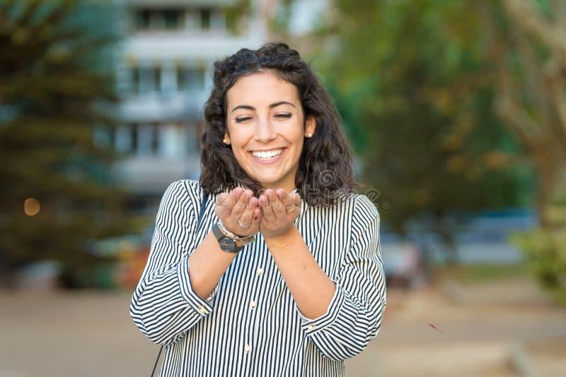 Härlig ung kvinna som har rolig det fria fotografering för bildbyråer