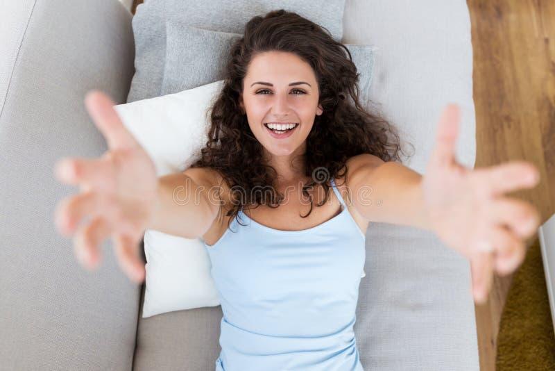 Härlig ung kvinna som hemma ser kameran royaltyfri bild