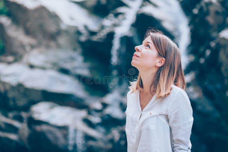 Härlig ung kvinna som kopplar av i nauturen arkivfoton