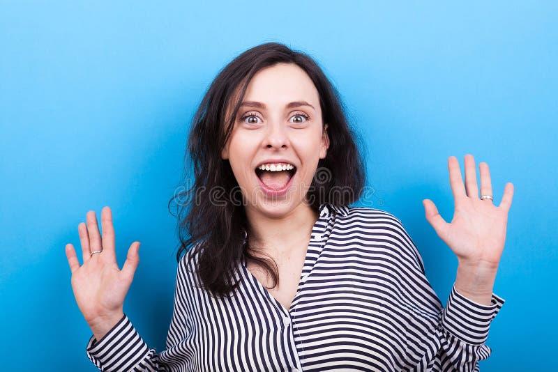 Härlig ung kvinna som ler med hennes tanduppvisning arkivbilder