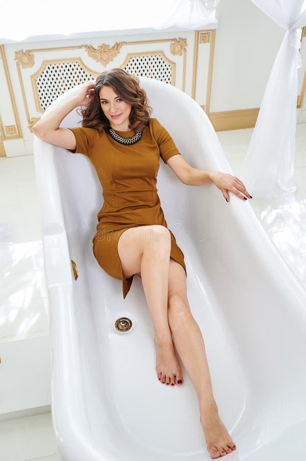 Härlig ung kvinna som ligger i badet Begrepp av avkoppling och frihet arkivbild