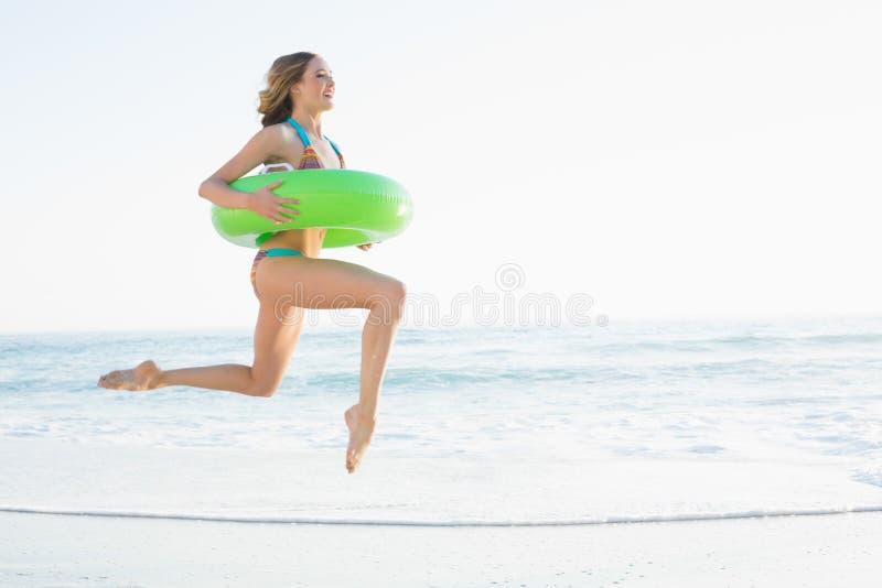 Härlig ung kvinna som rymmer en rubber cirkel arkivbilder