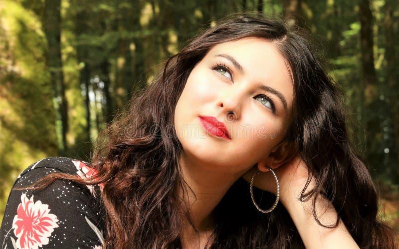 Härlig ung kvinna som ser till det vänstert royaltyfri fotografi