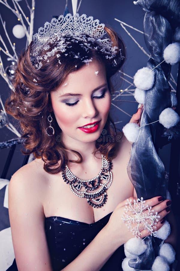 Härlig ung kvinna som snödrottningtecken royaltyfri bild