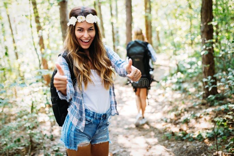 Härlig ung kvinna som spenderar tid i natur fotografering för bildbyråer