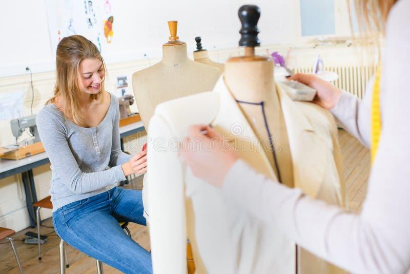 Härlig ung kvinna som studerar mode och design arkivfoto