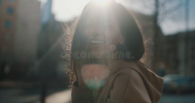 Härlig ung kvinna som talar på telefonen under solig dag royaltyfri foto