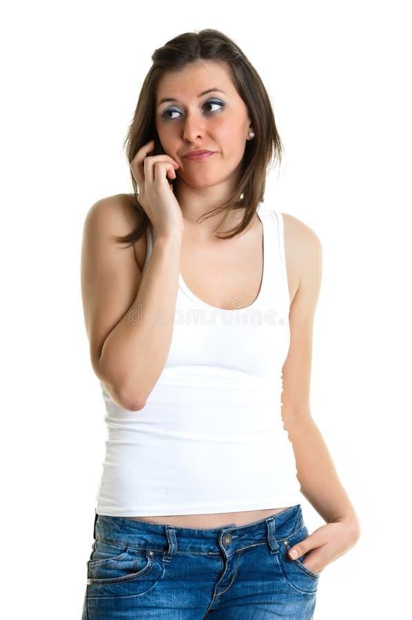 Härlig ung kvinna som talar till telefonen royaltyfri foto