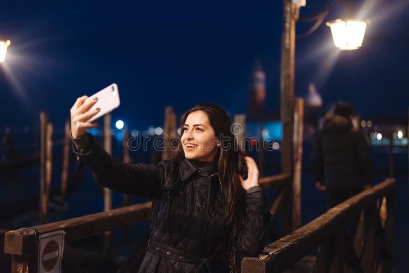 Härlig ung kvinna som tar selfie i staden arkivbild