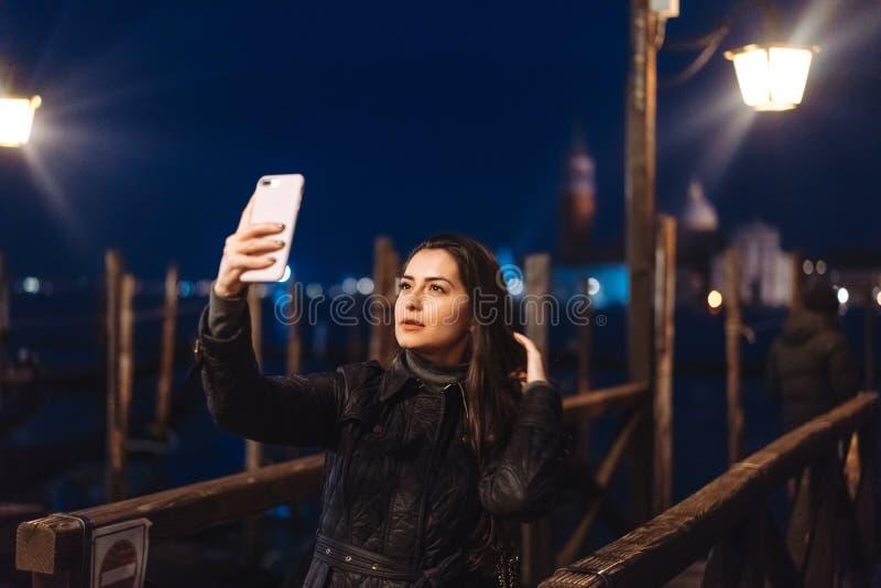 Härlig ung kvinna som tar selfie i staden royaltyfri bild
