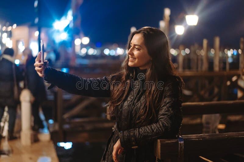 Härlig ung kvinna som tar selfie i staden arkivfoto