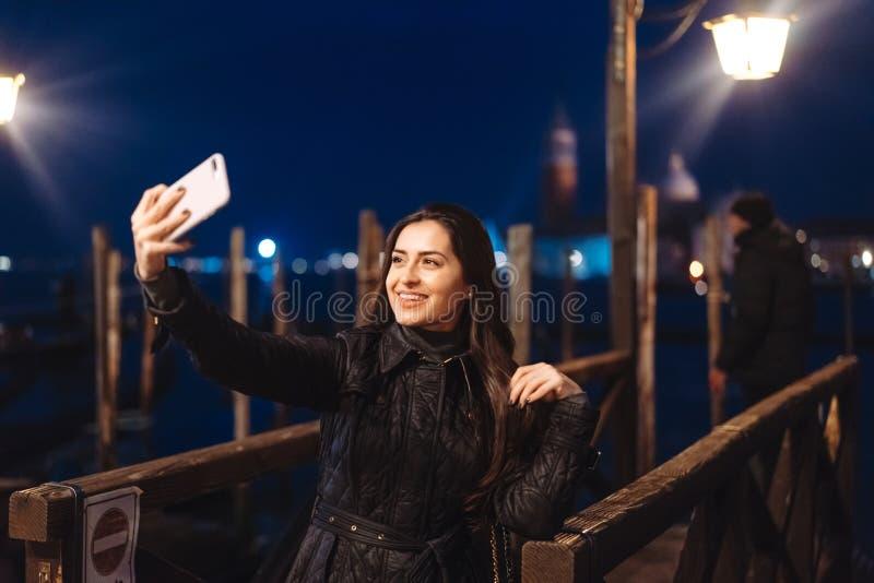 Härlig ung kvinna som tar selfie i staden fotografering för bildbyråer