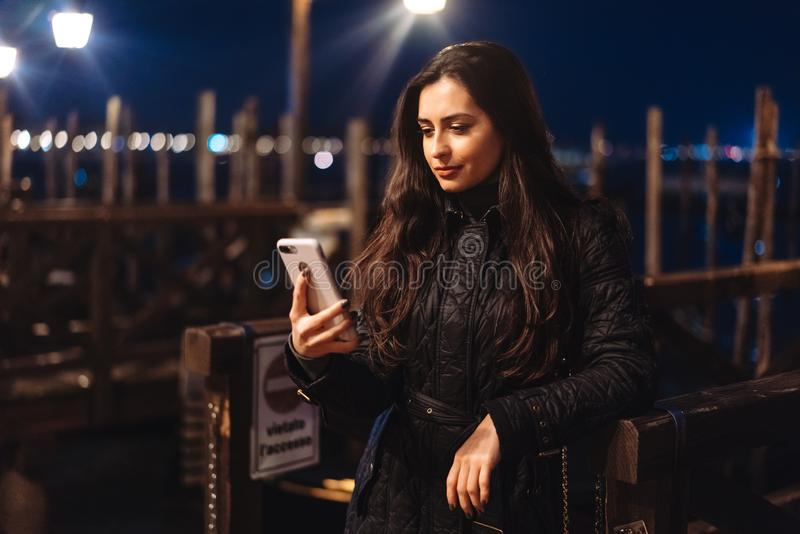Härlig ung kvinna som tar selfie i staden royaltyfri foto