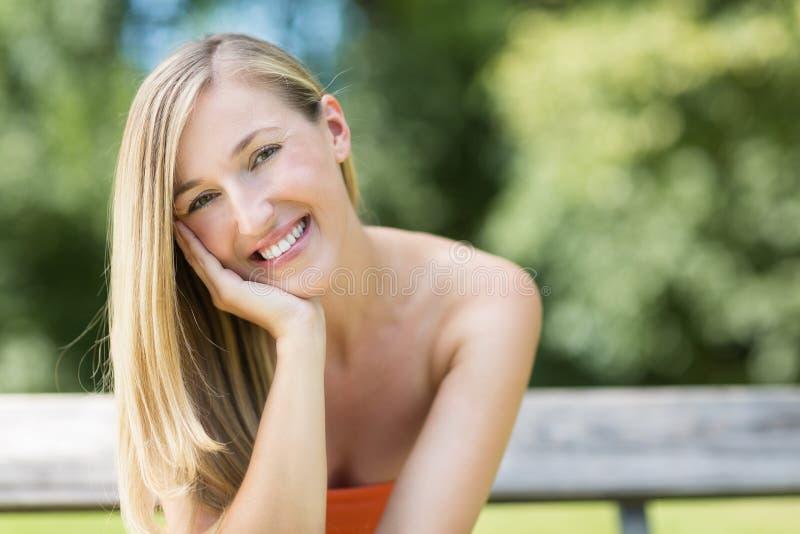 Härlig ung kvinna som tycker om en sommardag arkivbild