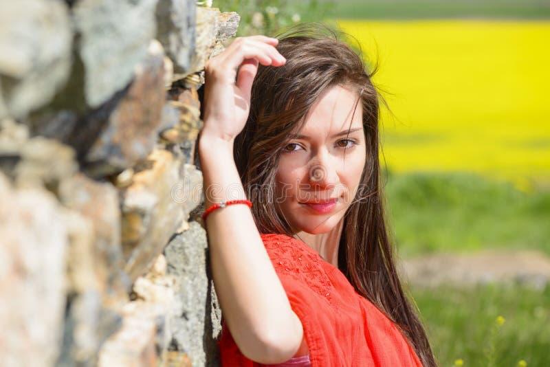 Härlig ung kvinna som tycker om utomhus naturen royaltyfri bild