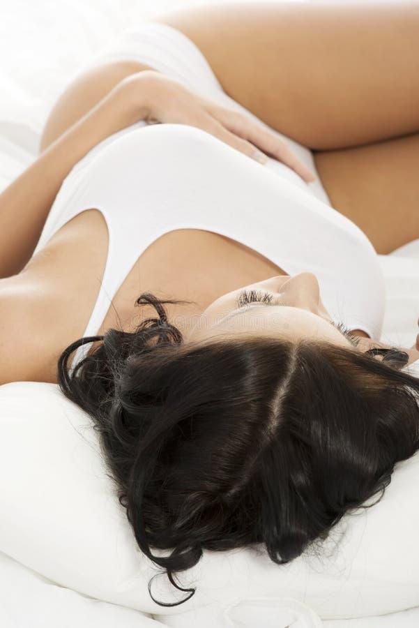 Härlig ung kvinna som vilar i underlag   royaltyfria foton