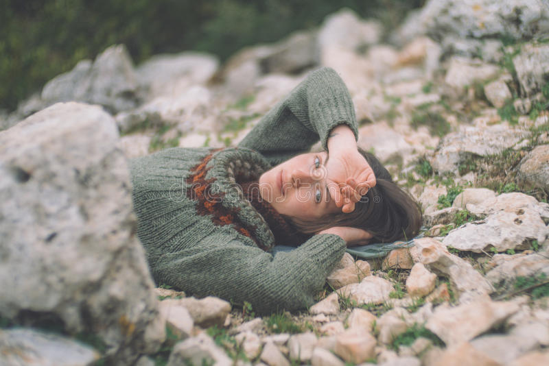 Härlig ung kvinna som vilar på naturen arkivbild