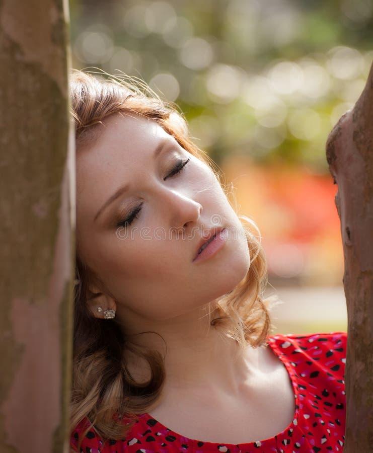 Härlig ung kvinna utomhus arkivfoto