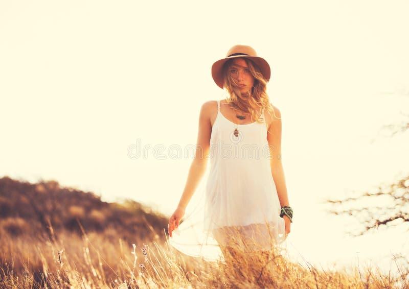 Härlig ung kvinna utomhus Mjuk varm tappningfärg arkivfoto
