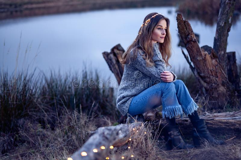 Härlig ung kvinna vid sjön royaltyfri fotografi