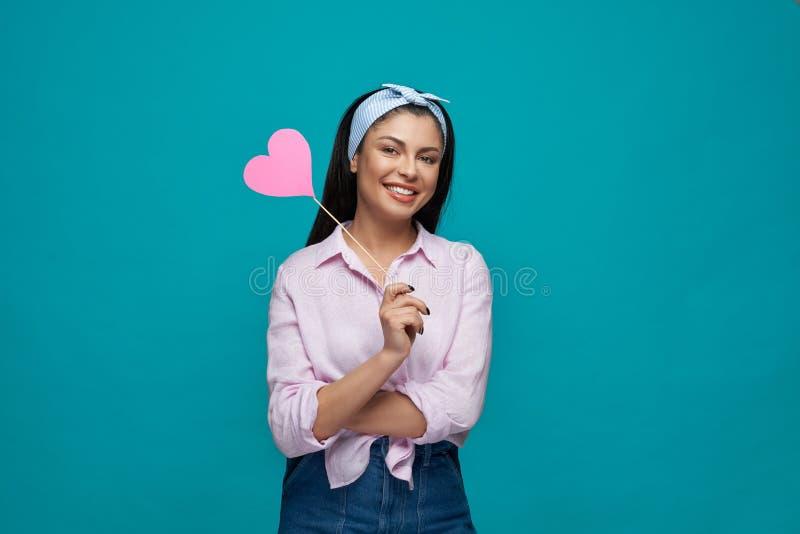 Härlig ung kvinnlig i vitt posera för skjorta och för jeans arkivfoton