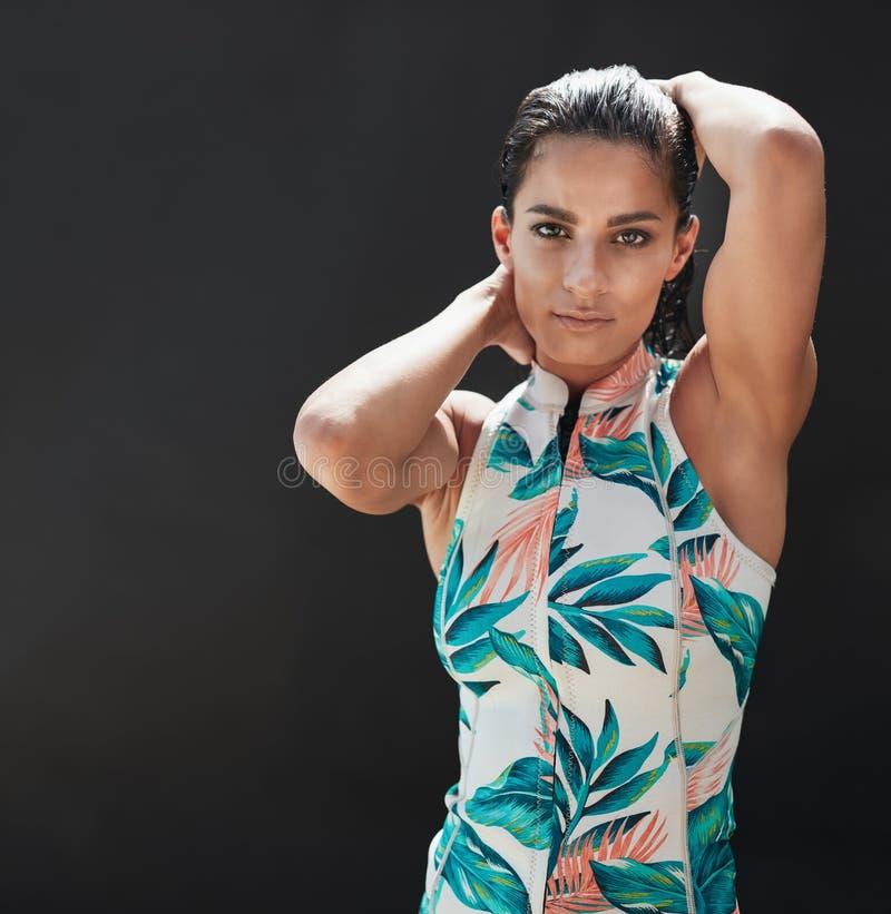 Härlig ung kvinnlig modell som poserar över svart bakgrund fotografering för bildbyråer