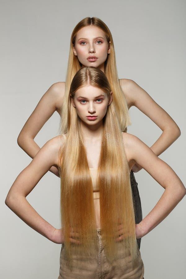 Härlig ung kvinnlig modell två med blont hår arkivbild