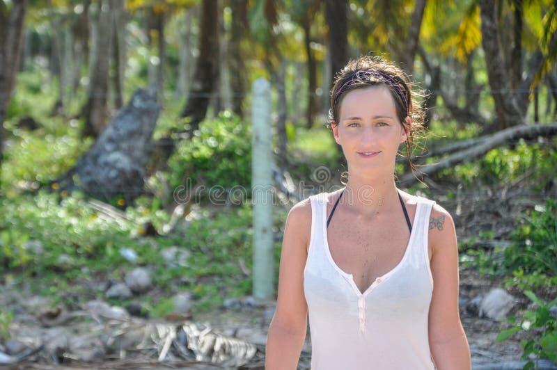 Härlig ung kvinnlig stående på Brasilien den tropiska djungeln Morro royaltyfria foton