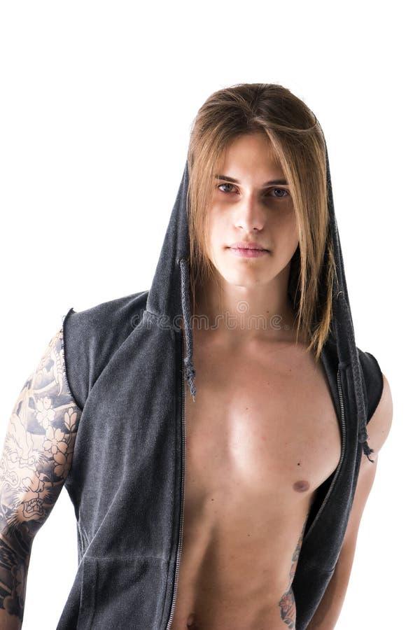 Härlig ung lång haired man, i att posera för hoodieomslag arkivfoton