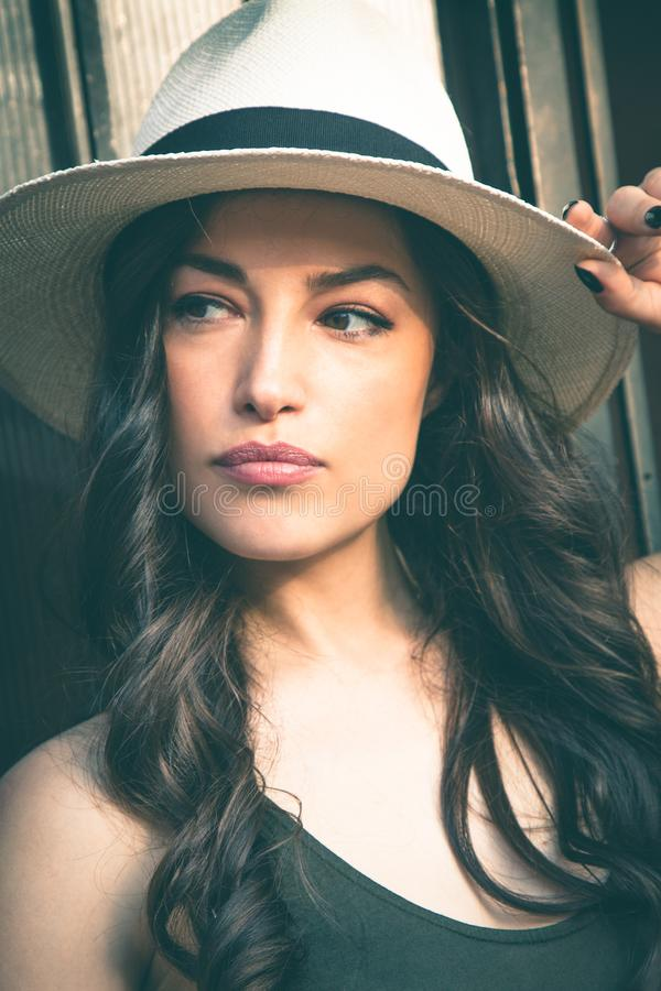 Härlig ung latinokvinna med den utomhus- ståenden för Panama hatt in royaltyfria bilder