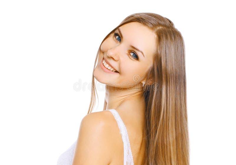 Härlig ung le kvinna för ståendenärbild med långt hår och gulligt leende på vit arkivfoto
