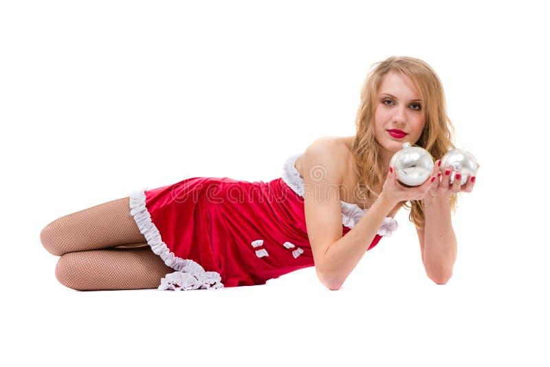 Härlig ung le kvinna med julpynt mot isolerad vit royaltyfri bild