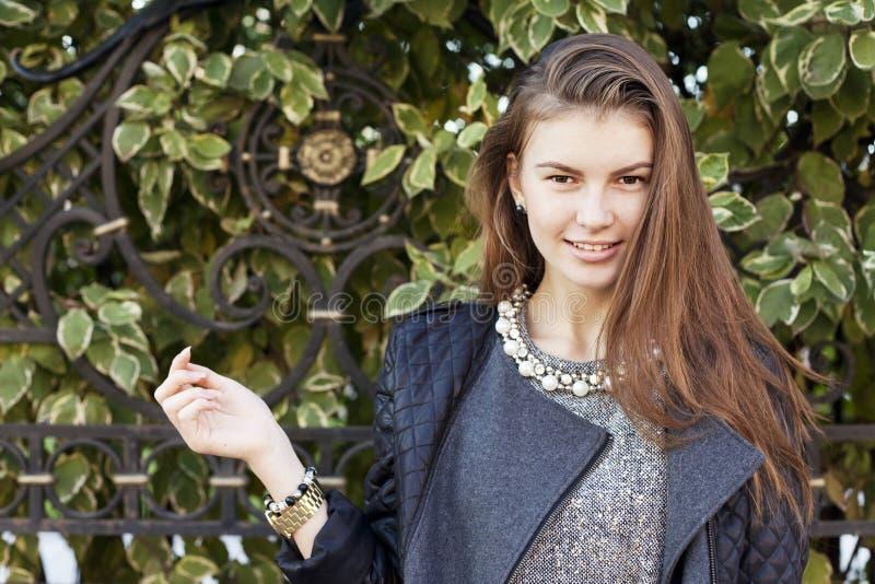 Härlig ung le kvinna med långt mörkt hår royaltyfri bild