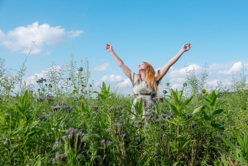 Härlig ung livsviktig sexig kvinna som tycker om i natur i den nya luften glädje Frihet Lycka Lusta lyfter hennes armar royaltyfria foton