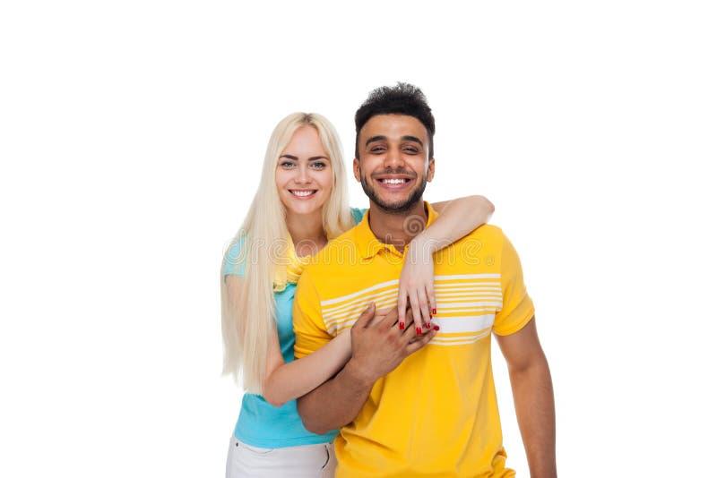 Härlig ung lycklig parförälskelse som ler att omfamna, latinamerikanskt mankvinnaleende royaltyfria foton