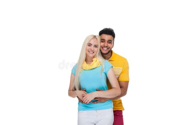 Härlig ung lycklig parförälskelse som ler att omfamna, latinamerikanskt mankvinnaleende arkivfoton