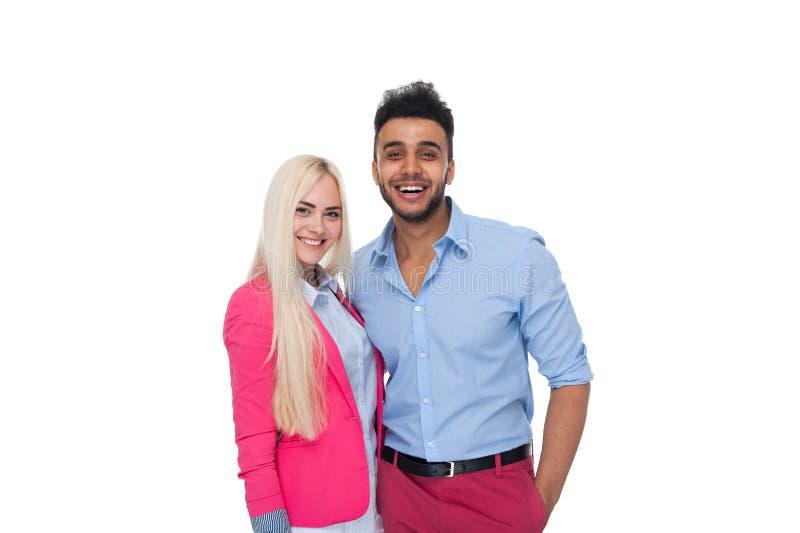 Härlig ung lycklig parförälskelse som ler att omfamna, latinamerikanskt mankvinnaleende arkivfoto