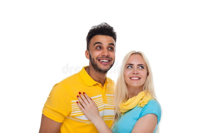 Härlig ung lycklig parförälskelse som ler att omfamna se upp till kopieringsutrymme, latinamerikanskt mankvinnaleende arkivbilder
